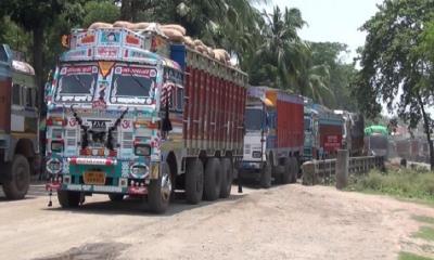 পচে যাচ্ছে ভারতে আটক ১৬৫ ট্রাক পিয়াজ